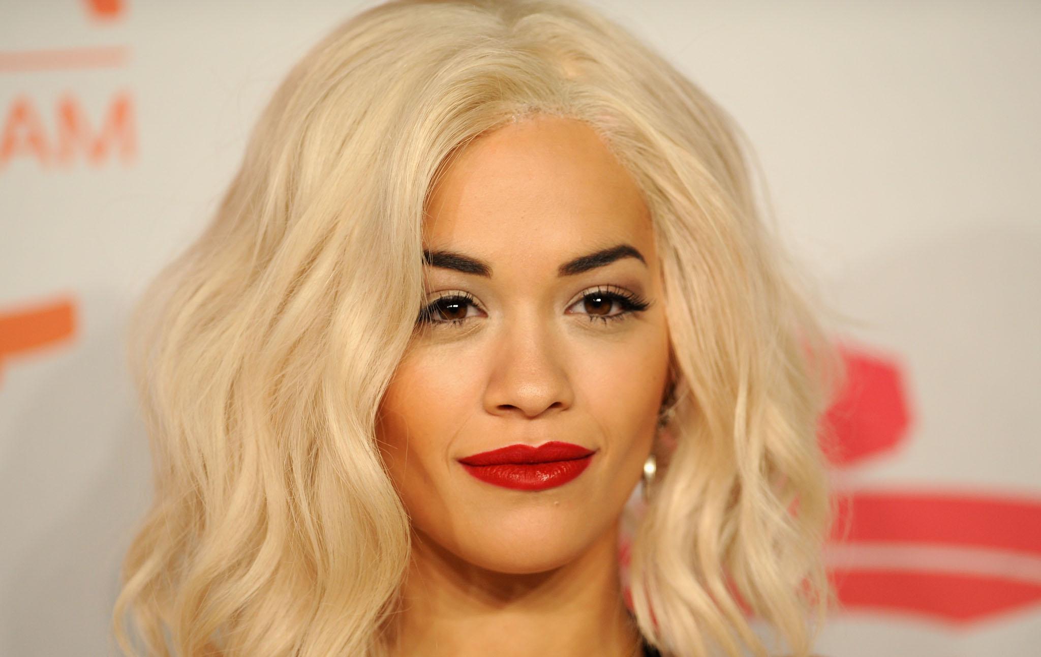 Statush aecobaleno: il nuovo look di Rita Ora