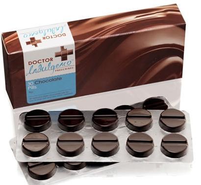 """Nelle barrette al cioccolato Dr. Schär Twin Bar prodotte in Svizzera e vendute anche in Italia ci sarebbe una contaminazione da salmonella. E' allarme in Europa in seguito all'avvertimento emanato nei confronti di distributori e consumatori da parte delle autorità per la sicurezza alimentare svizzere e tedesche. L'unico provvedimento da prendere è di non consumare il prodotto dato che potrebbe essere pericoloso per la salute, e di rivolgersi al medico se lo si è già fatto. Per il momento, a scopo cautelativo, è stato disposto il ritiro dagli scaffali dei prodotti che potrebbero essere contaminati. Non solo: i supermercati che hanno venduto il prodotto sono obbligati a esporre un avviso nei confronti della clientela. Il problema riguarda le barrette al cioccolato Dr. Schär Twin Bar in confezione da tre pezzi da 21,5 grammi ciascuno. I numeri di lotto incriminati sono 5142 e 5146. L'USAV, l'Ufficio federale svizzero della sicurezza alimentare e veterinaria, intanto dice: """"Nelle barrette al cioccolato Dr. Schär Twin Bar è stata accertata la presenza di salmonella. Non possono essere esclusi rischi per la salute. L'Ufficio federale della sicurezza alimentare e di veterinaria (USAV) raccomanda di non consumare il prodotto, già ritirato dal commercio"""". Le barrette al cioccolato contaminate sono di solito distribuite da negozi di prodotti dietetici, nei negozi di prodotti biologici, nelle drogherie, nelle farmacie e nei negozi di alimentari al dettaglio. Ma quali sono i rischi della salmonella: nelle persone un alimento contaminato può causare entro poche ore (6-72) malattie gastro-intestinali accompagnate da febbre, vomito, diarrea e dolori al ventre."""