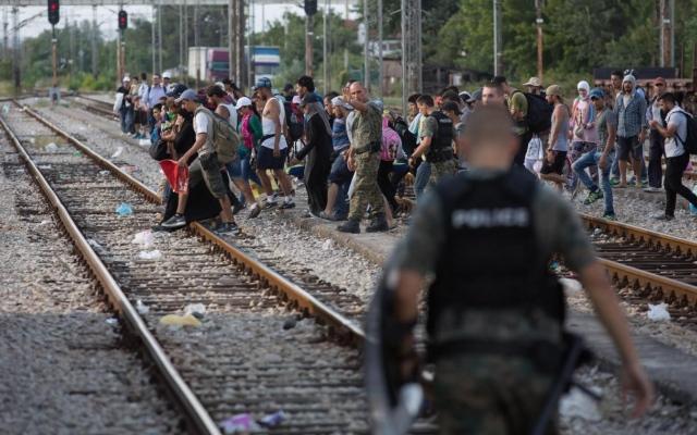 Migranti, in 200 da Budapest a Vienna a piedi