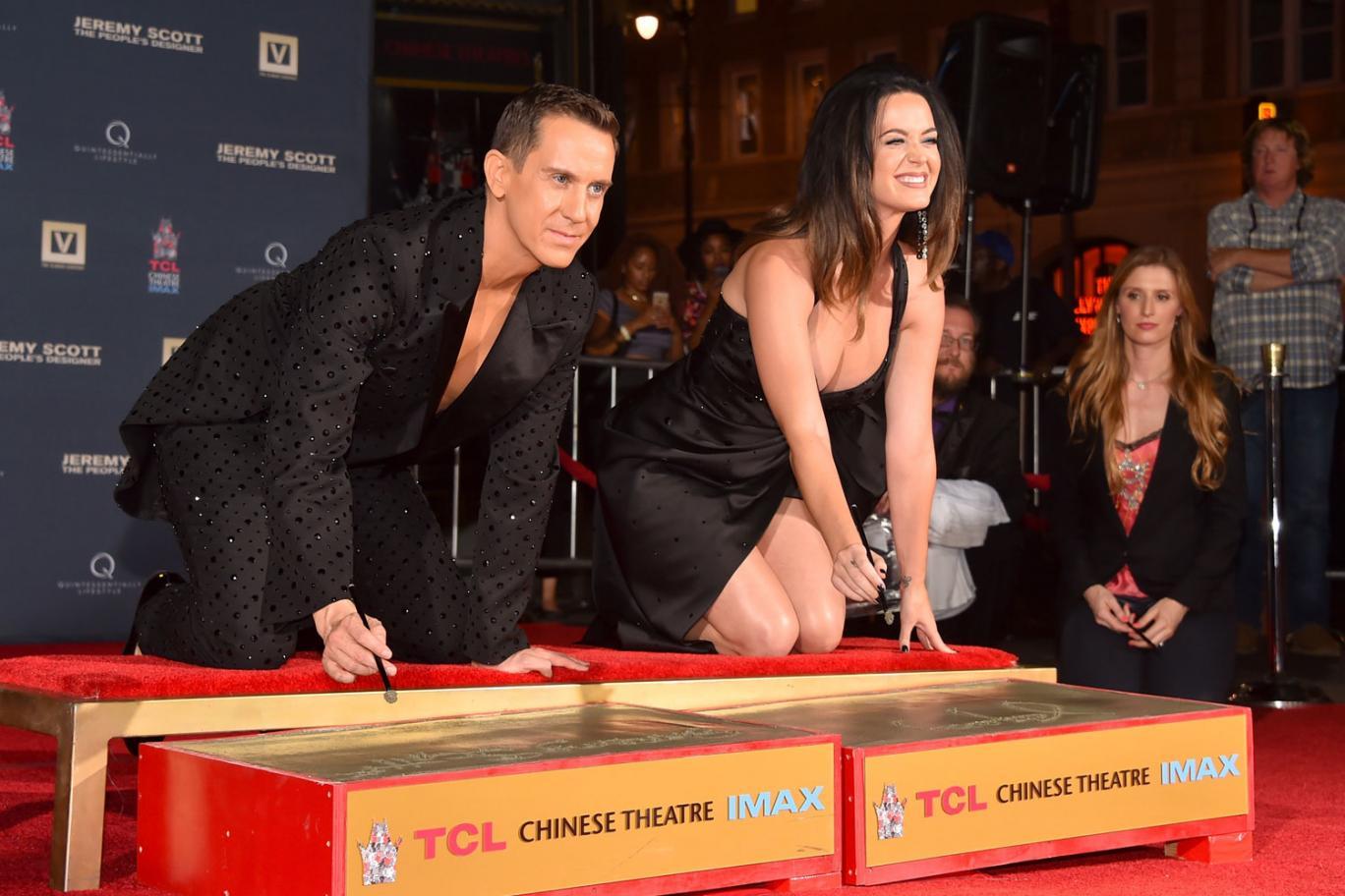 Katy Perry lascia il segno a Hollywood: mani e decollete