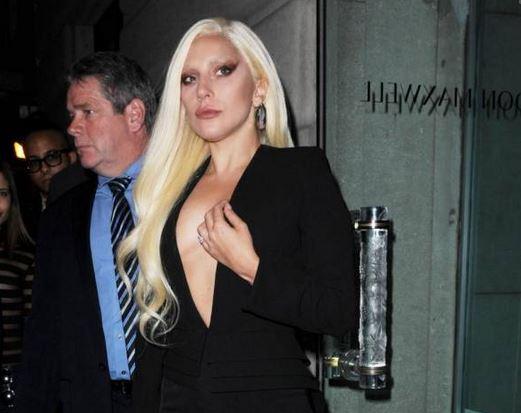 Lady Gaga, scollatura da urlo alla sfilata di Brandon Maxwell