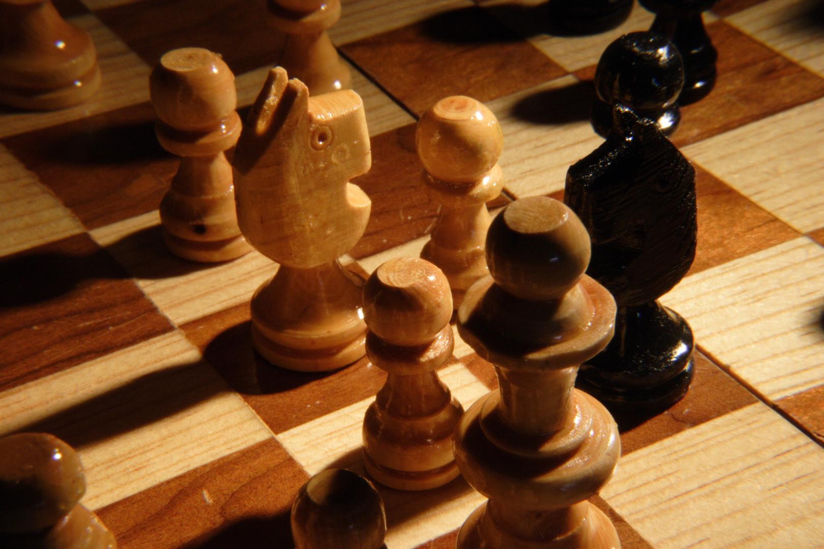 Batte tutti al torneo di scacchi: ma stava barando con un computer