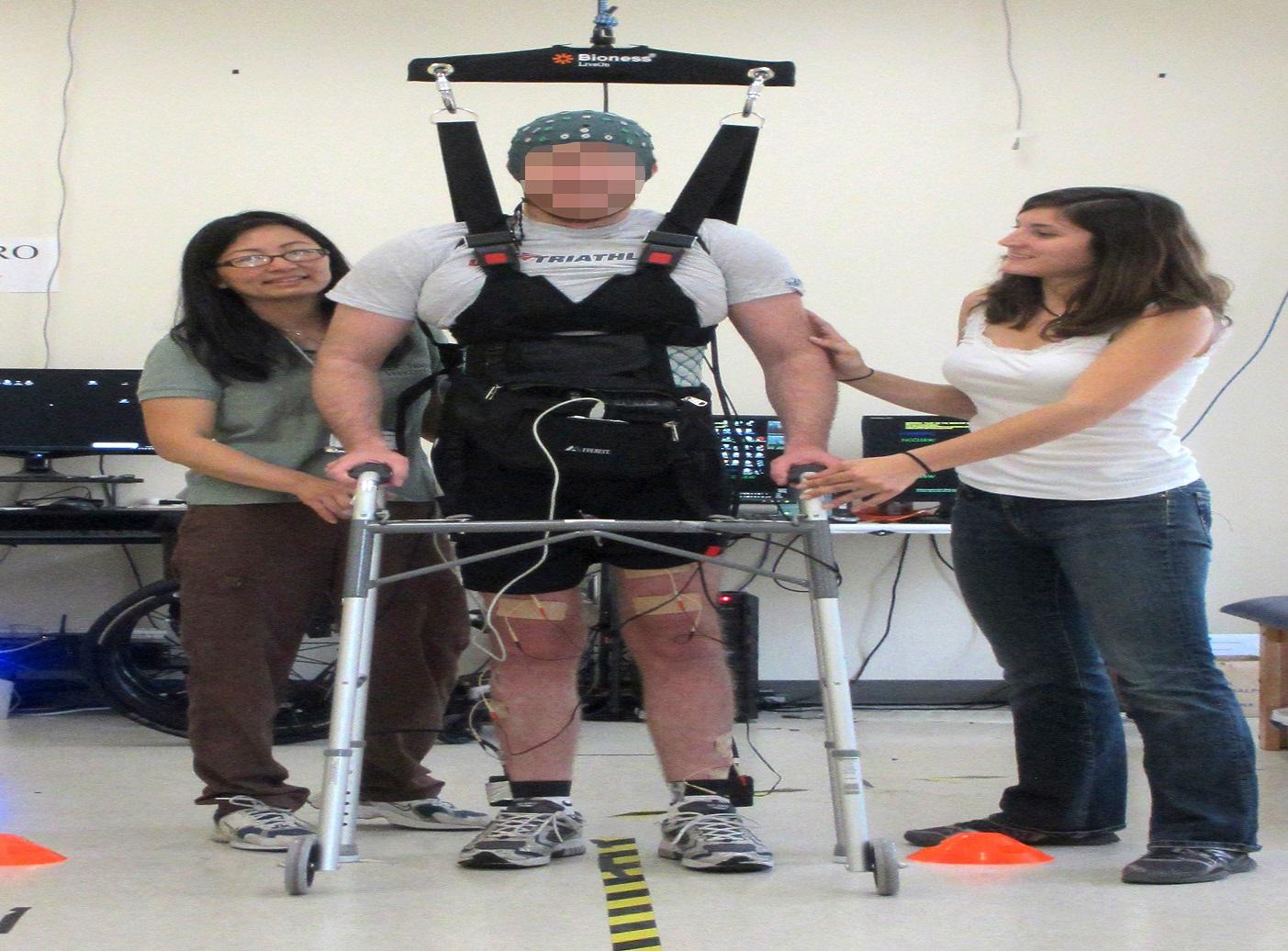 Paraplegico torna a camminare dopo dieci anni grazie a una tuta bionica