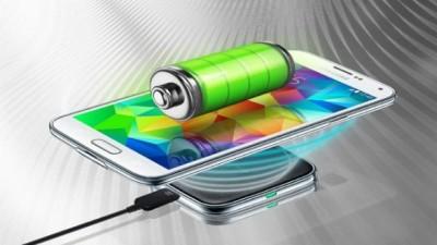 Ricaricare lo smartphone meno di una volta a settimana: tra sogno e realtà