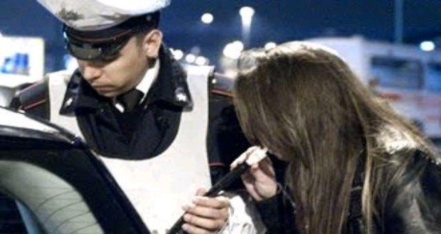 Donna ubriaca alla guida: il marito la arresta, lei perde il controllo