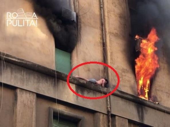 Roma: palazzo a fuoco, ragazzo sul cornicione, salvataggio da brividi