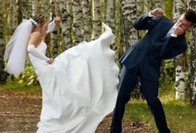 Si presenta al matrimonio dell'amante vestita da sposa: è il panico