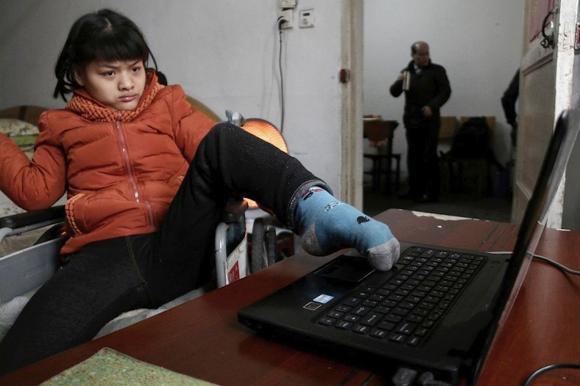 Paralizzata dalla nascita scrive un libro con il piede sinistro: 30 parole al minuto