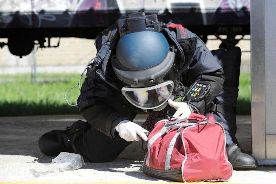 Artificieri intervengono per pacco bomba: non immagineranno mai quello che c'è all'interno