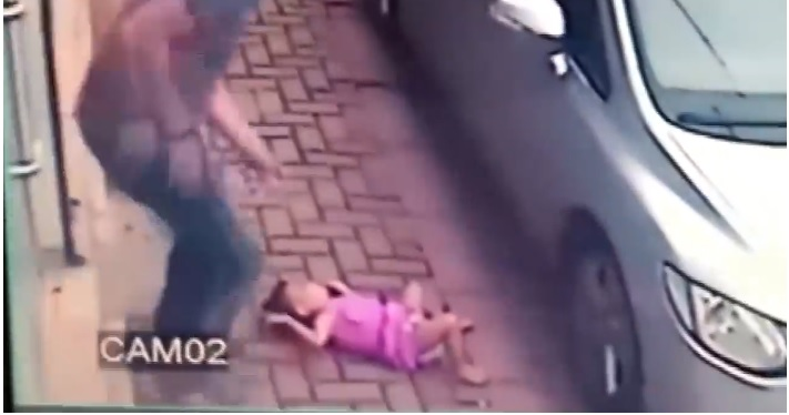 Bambina precipita dal secondo piano a pochi passi da un uomo