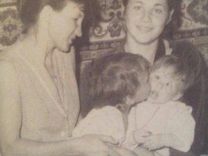 In una vecchia foto bacia una bambina: da grande la rintraccia e la sposa