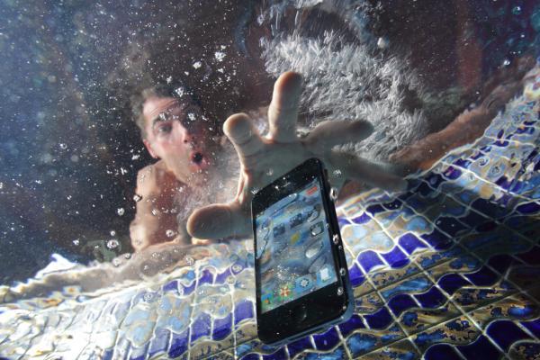 Cellulare cade in acqua mentre fa il bagno: 14enne folgorata