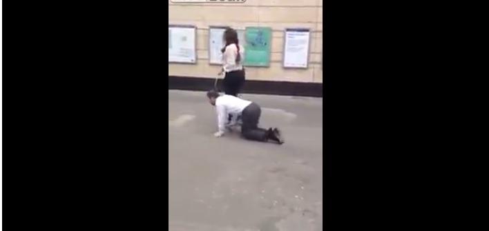 Londra, donna porta fidanzato al guinzaglio per strada