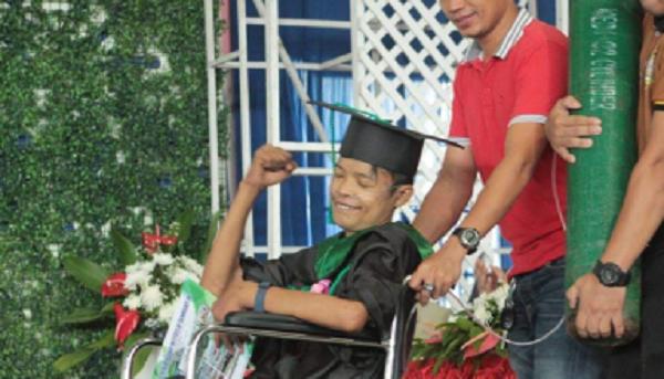 Si laurea in sedia a rotelle, ma la sera stessa il destino è crudele