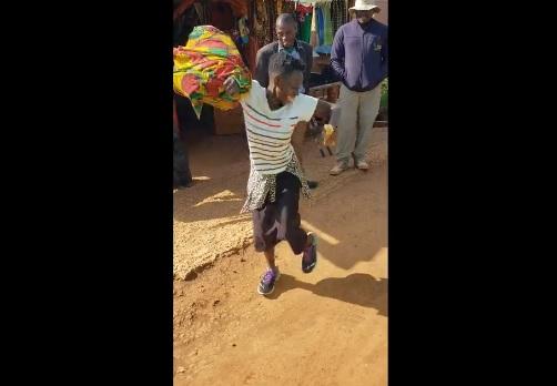 Riceve il primo paio di scarpe della sua vita: la sua gioia è commovente