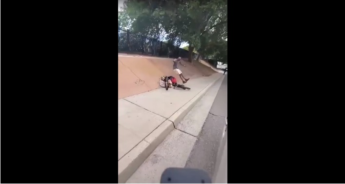 Sorprende ladro che gli ha rubato la bicicletta e lo punisce con uno pseudo wrestling