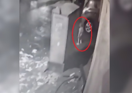 Bambino di 3 anni cade nel tombino della fogna: è scomparso nel nulla