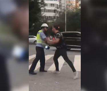 Studente straniero aggredisce poliziotto: la reazione è esemplare