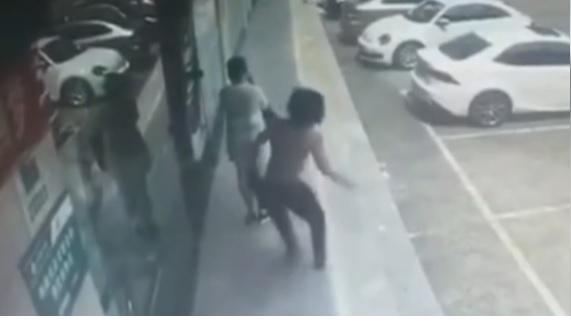 Colpisce con un pugno fortissimo all'orecchio una sconosciuta per strada: arrestato