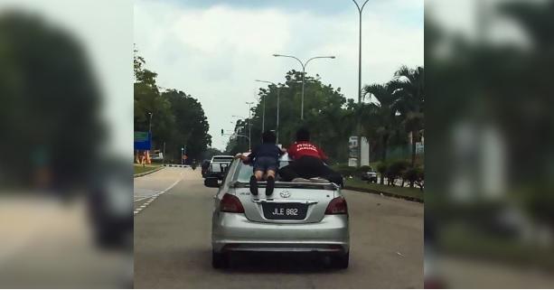Volano come Superman sul tetto dell'auto, e passano pure con il rosso